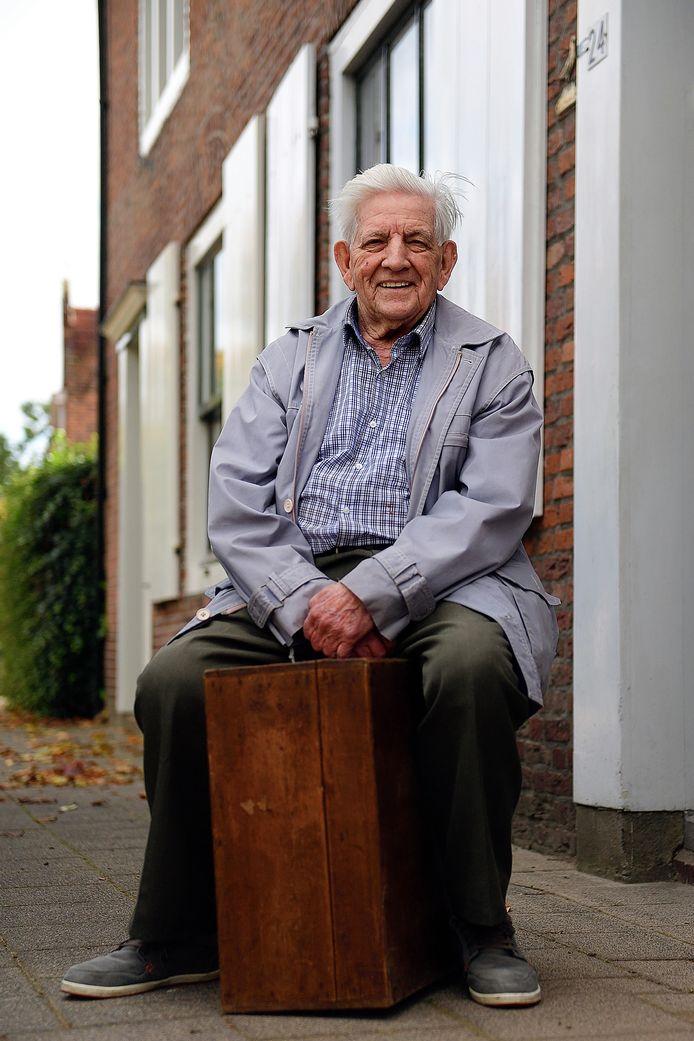 Toon Roelands bewaarde de houten kist die een Prinsenbeekse timmerman maakte voor hem en een aantal leeftijdsgenoten uit het dorp. Daarin konden ze in 1943 hun spullen vervoeren naar boeren in noord-Duitsland waar te werk werden gesteld.