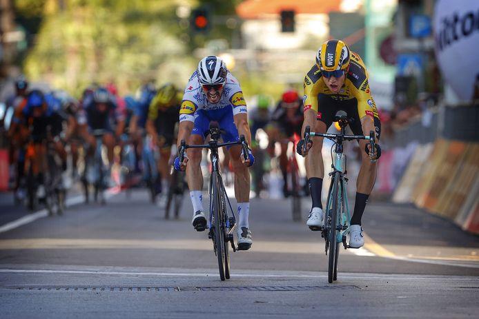 De bloedstollende sprint tussen Alaphilippe (l) en Van Aert.