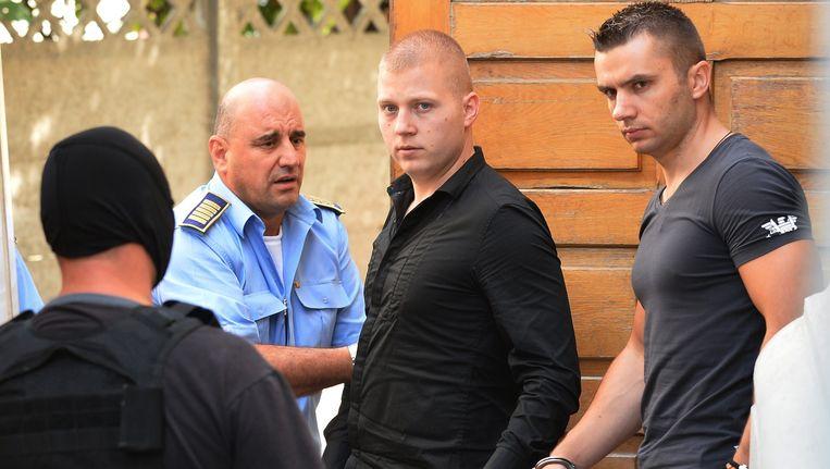 Eugen Darie (L) en Radu Dogaru (R), twee van de zes verdachten van de schilderijenroof uit de Rotterdamse Kunsthal, verlaten de rechtbank in Boekarest. (Archieffoto augustus 2013) Beeld anp