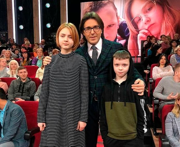 Le présentateur entouré des deux enfants lors du show télévisé russe