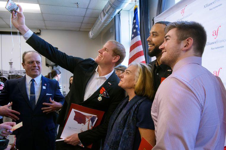 Spencer Stone, Anthony Sadler en Alek Skarlatos nemen een selfie na de ceremonie in Californië.