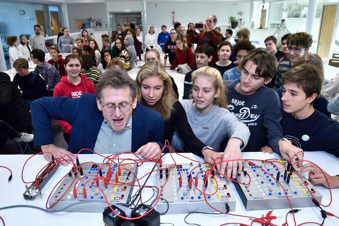 Ben Feringa nam het nieuwe laboratorium van het JvO in gebruik.