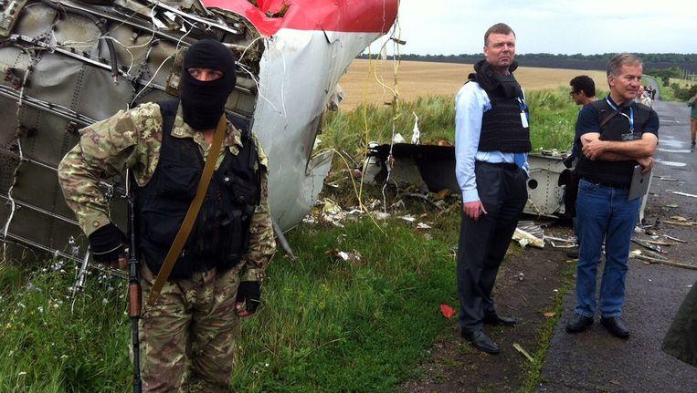 Een separatist bij de rampplek. In het midden Alexander Hug, plaatsvervangend hoofd van de OVSE-missie in Oekraïne. Beeld null