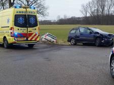 Auto belandt in sloot na botsing op kruispunt in Aalten