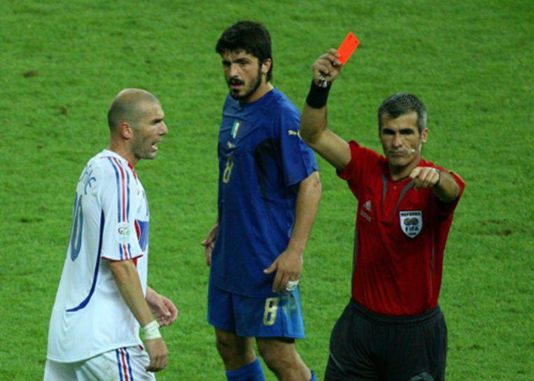 Scheidsrechter Elizondo geeft de Franse aanvoerder Zidane de rode kaart in de verlenging van de finale van het WK voetbal. Zidane bezorgde zichzelf een ontluisterend einde van zijn carriÿre als international door de Italiaan Materazzi een kopstoot te geven. (EPA) Beeld