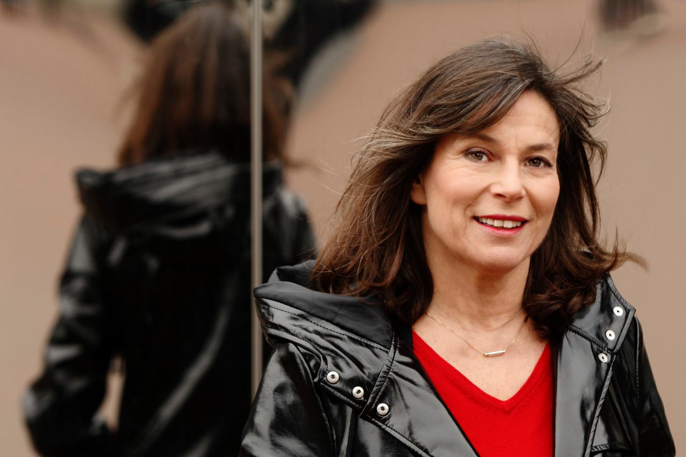 Debby Petter staat met haar voorstelling 'In mijn hoofd' over pathologische leugenaars in Arnhem, Tiel, Wageningen, Nijmegen en Culemborg.