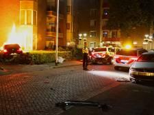 Auto vliegt in brand na ongeluk met politiewagen in Oss