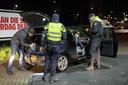 Met de noodverordening kan de politie makkelijker ingrijpen, mag ze fouilleren en moet iedereen zich kunnen identificeren.