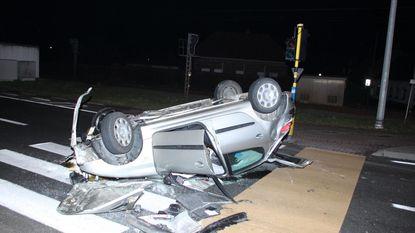 Auto slaat over de kop op kruispunt, bestuurder lichtgewond