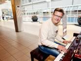 Als Erwin (45) achter de piano in het ziekenhuis kruipt pinkt iedereen een traantje weg