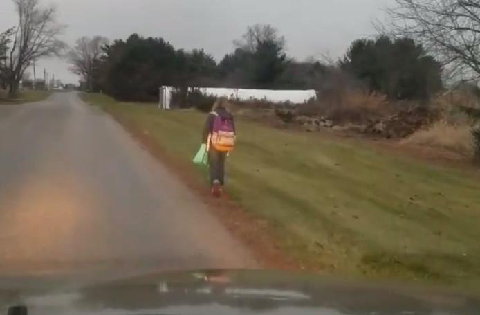 Het meisje moet als straf voor pesten acht kilometer naar school lopen