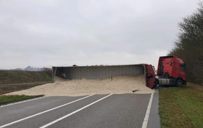 Gekantelde vrachtwagen in Dinteloord.