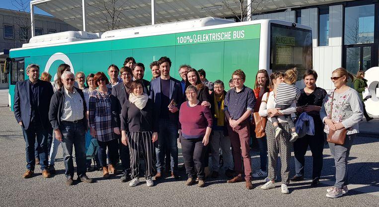 De 'groene' bus hield halt aan het station van Ieper