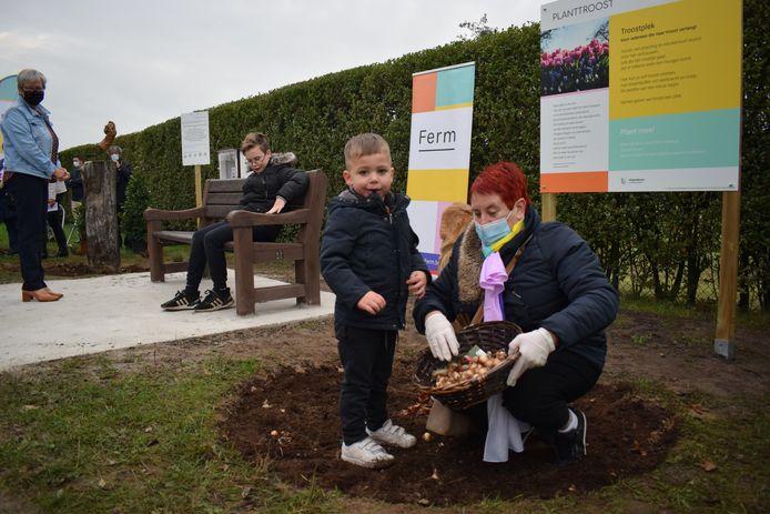 De Wachtebekenaren plantten zaterdagochtend ook bloembollen op de nieuwe plek.
