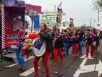 VIDEO: Groen-oranje ingeruild voor roze-blauw: 6.000 carnavalssjaals in kermiskleuren