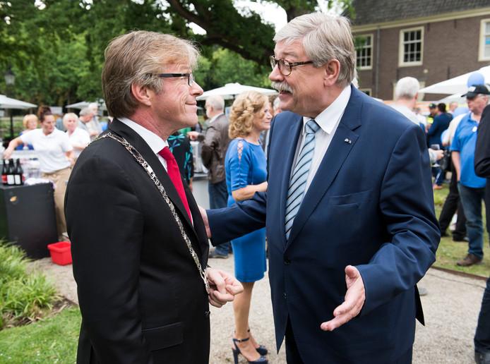 Willibrord van Beek spreekt op een zomerborrel van de gemeente Stichtse Vecht met burgemeester Marc Witteman. Van Beek was niet aanwezig als commissaris maar als inwoner van Maarssen.