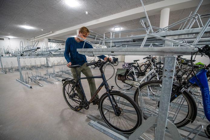 Erik Bruijn van de Alphense Fietsersbond in de nieuwe bewaakte fietsenstalling aan de Aarkade in Alphen.