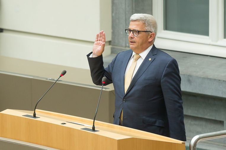Van Dijck legt de eed af in het Vlaams Parlement.