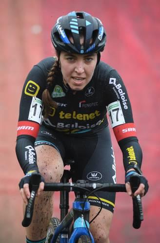 """Van Anrooij komt met update nadat ze zware wonde opliep tijdens cross in Tabor: """"Gelukkig geen spieren en pezen zwaar beschadigd"""""""