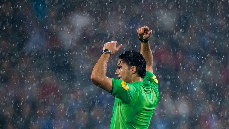 Scheidsrechter Güzübüyük in de stromende regen in Doetinchem. Beeld Pro Shots