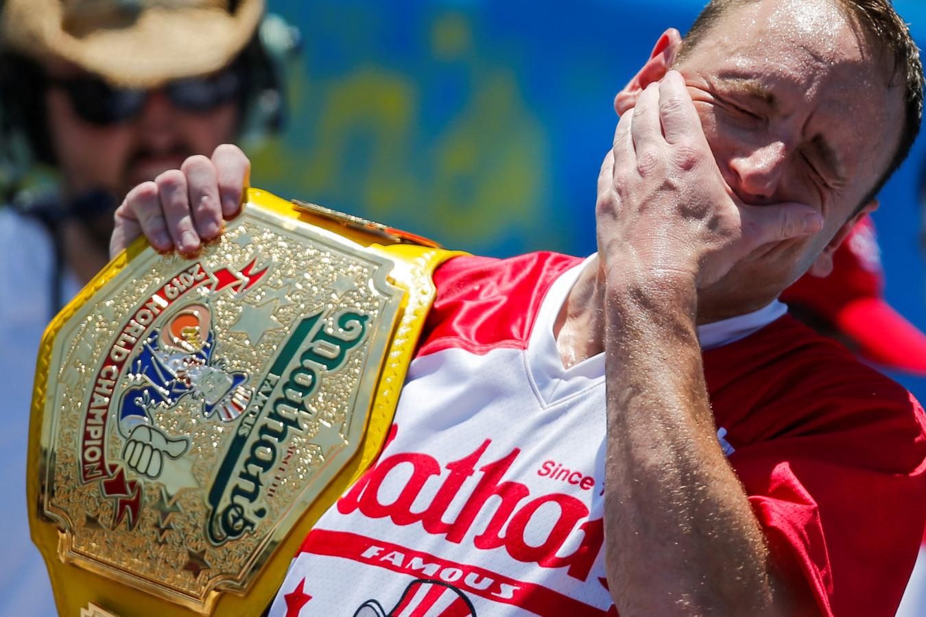 Joey Chestnut met zijn kampioensgordel.