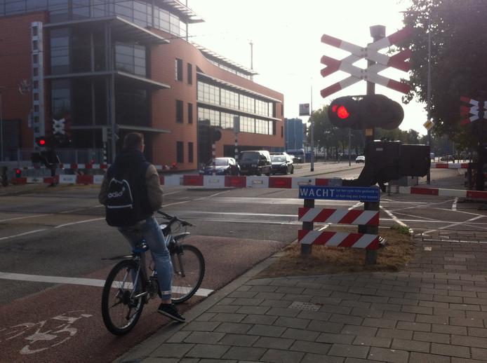 Wegverkeer in de Osse Molenstraat moet steeds vaker wachten voor de trein.