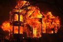 The Glass Mountain Inn gaat in vlammen op.