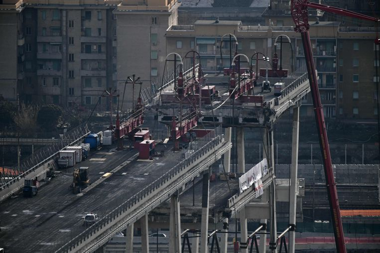 The first concrete piece (Bottom C) of the western section of the remains of the Morandi Bridge is being taken down on February 9, 2019 in Genoa, a day after the official start of demolition of the first meters of the bridge's western section. - Experts started the delicate task of taking apart Genoa's Morandi motorway bridge on February 8, almost six months after its partial collapse during a storm killed 43 people and injured dozens. (Photo by Marco BERTORELLO / AFP)