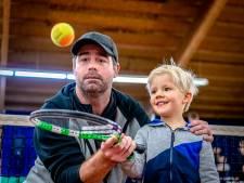 Kinderen krijgen tennisles van Raemon Sluiter: 'Elk moment dat ze sporten, is winst'