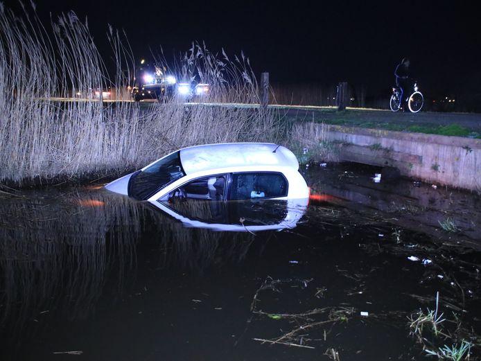 De auto te water aan de Rauweveldseweg in Veenendaal.