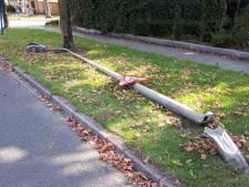 Lantaarnpaal omvergereden in Tubbergen, dader rijdt door