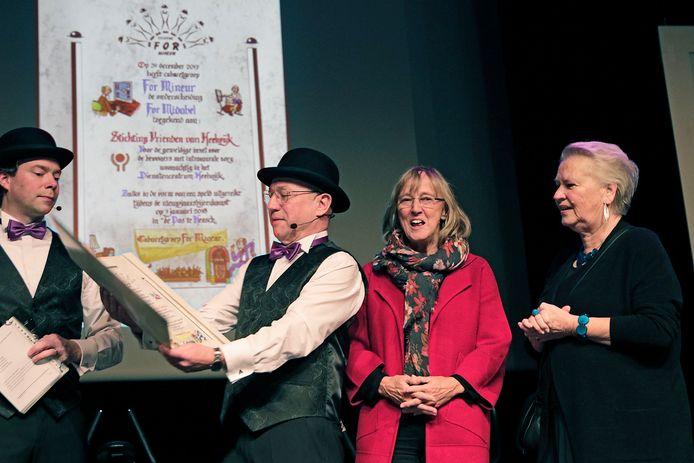 De voorman van For Mineur leest de oorkonde voor waarmee Stichting Vrienden van Heelwijk de onderscheiding For Midabel toegekend krijgt.