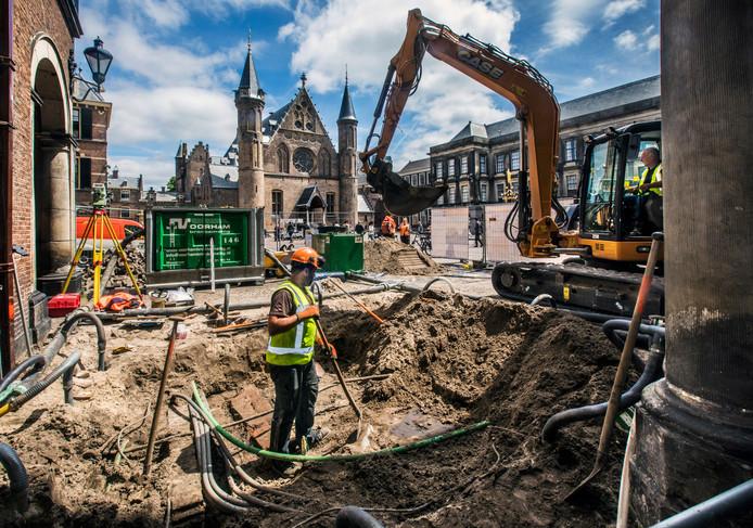 Graven onder de grond van het Binnenhof om de fundering van enkele delen van de gebouwen van de Eerste Kamer en Raad van State te onderzoeken.
