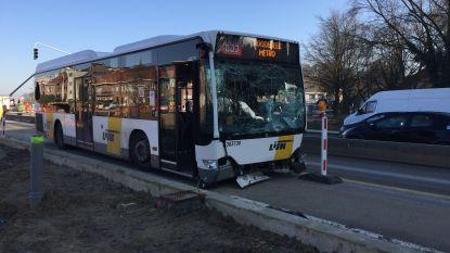 Twee lichtgewonden bij aanrijding tussen lijnbus en drie wagens op Woluwedal