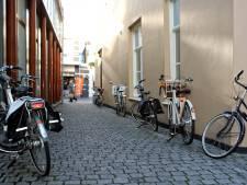 Racende brommers en fietsers op stoep in Bergse binnenstad