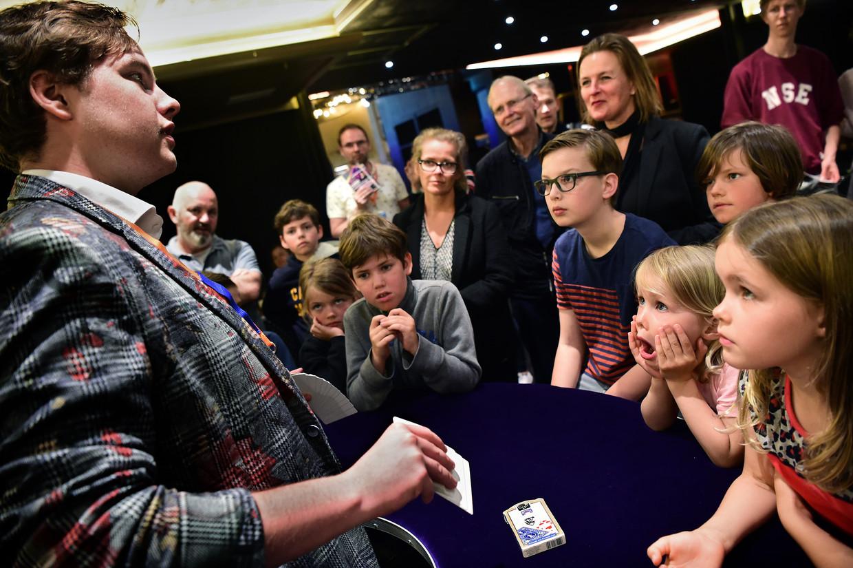 Goochelaar Wessel Kort (18) toont zijn kunsten. Als het even kan, wil hij van goochelen zijn beroep maken. Beeld Marcel van den Bergh