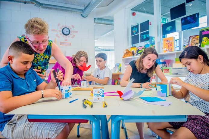 De kinderen werken vaak zelfstandig, maar krijgen waar nodig bij hun projecten hulp van vrijwilligers en leerkrachten.