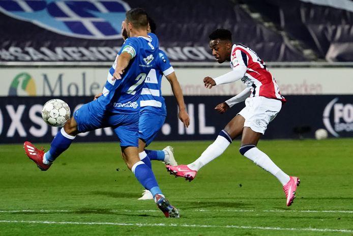 Mike Trésor bij zijn uithaal tegen PEC Zwolle.