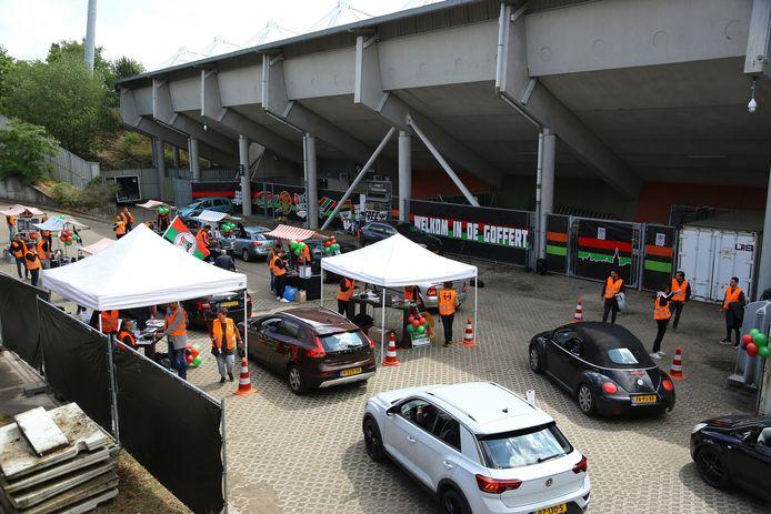 Drukte tijdens de 'Deur rij mert' op 6 juni. Toen konden supporters met een drive-trough in de Goffert hun seizoenkaart verlengen.