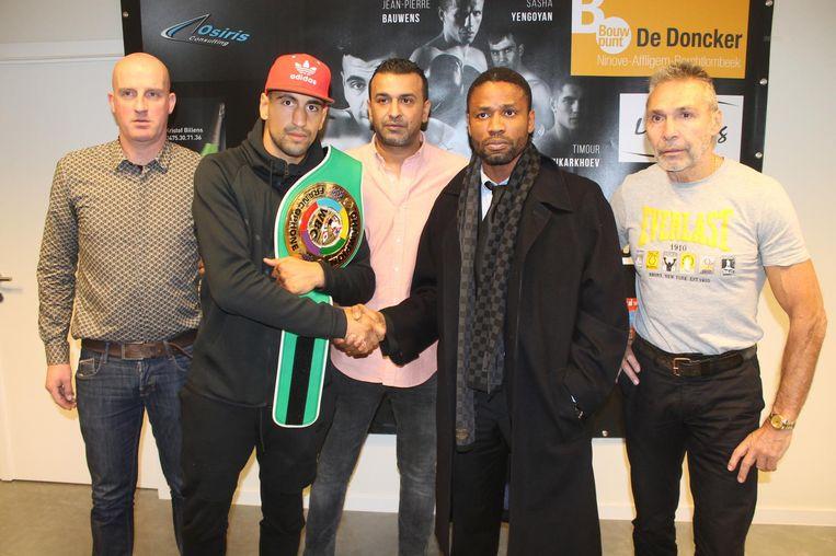 Bilal Laggoune, dé grote naam op de affiche, schudt in bijzijn van Freddy De Kerpel en de organisatoren de hand van zijn opponent Doudou Ngumbu.