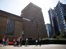 L'enfant poussé du 10e étage d'un musée à Londres hors de danger