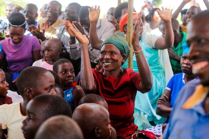 December 2019: de vreugde bij de inwoners van Kyataruga is enorm als ze horen dat ze twee jaar lang elke maand geld zullen krijgen.