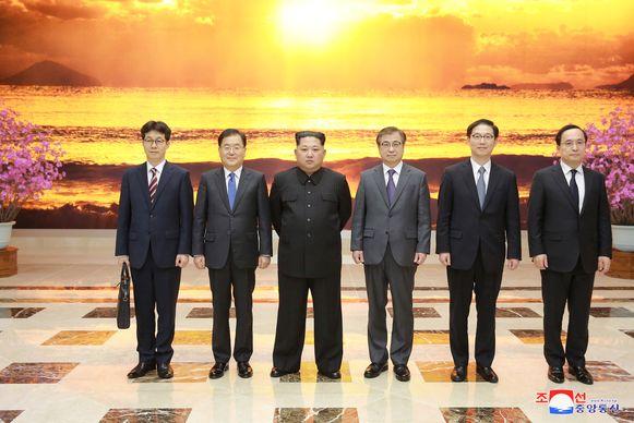 De Zuid-Koreaanse delegatie poseert samen met de Noord-Koreaanse leider Kim Jong-un.