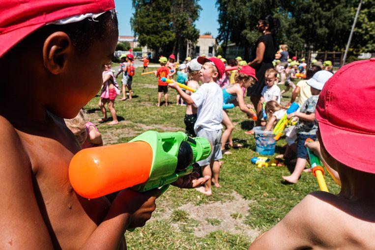 De kleuters van het Notendopje krijgen hun diploma en dat gaat gepaard met spel en plezier: waterpistolen en springkastelen.