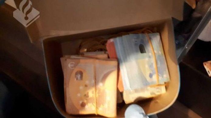 De politie nam tijdens de geplande actie honderden pillen en grote bedragen contact geld in beslag.
