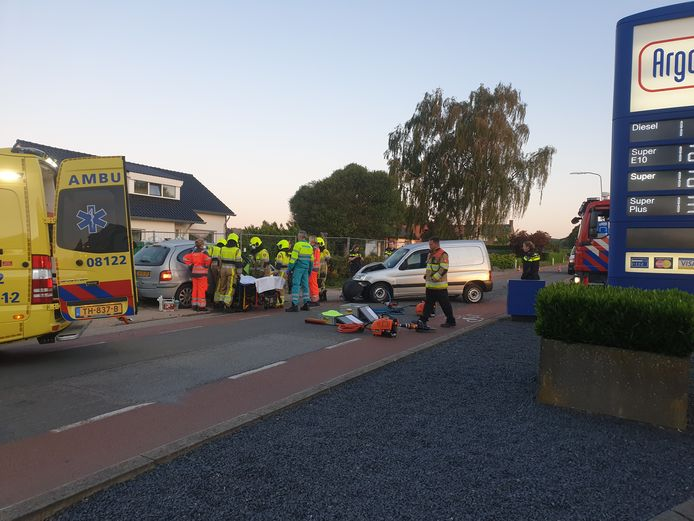 Bij een ongeval tussen twee personenauto's in Groesbeek zijn beide bestuurders gewond geraakt.