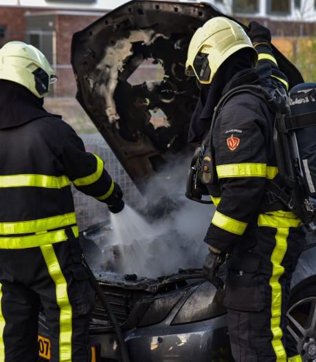 Auto vliegt in brand tijdens het rijden, flinke schade onder de motorkap