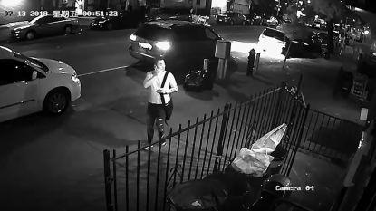 Camerabeelden tonen hoe man weg lijkt te zoeken. Even later dringt hij flat binnen en verkracht hij vrouw