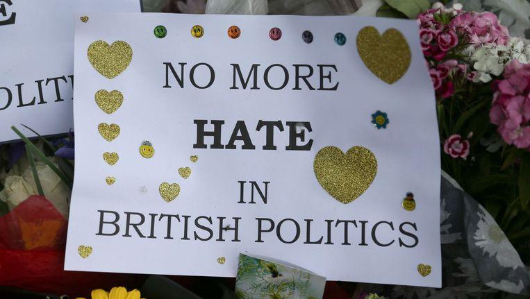 Bloemen voor het Britse parlement ter nagedachtenis van Jo Cox. Beeld afp