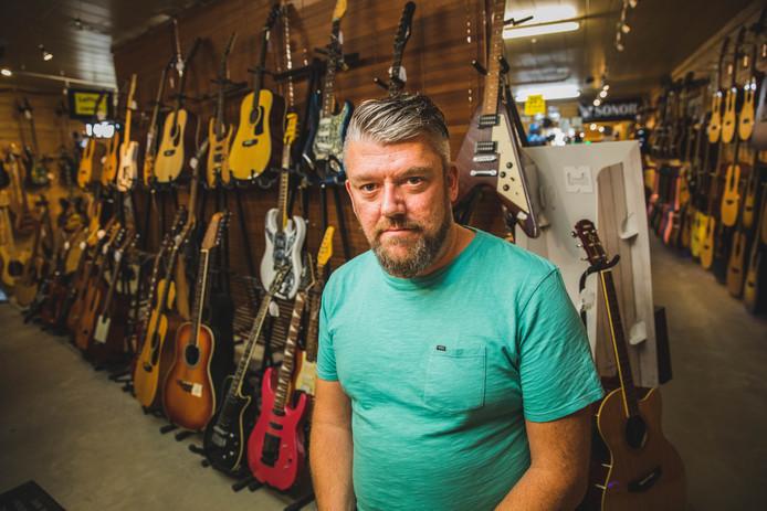 Ainsley Bogaert  sluit zijn muziekwinkel Thoma Okaze.
